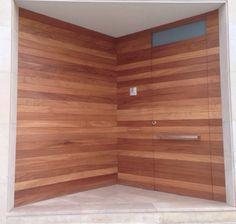 Puerta de entrada moderna con revestimiento en paredes