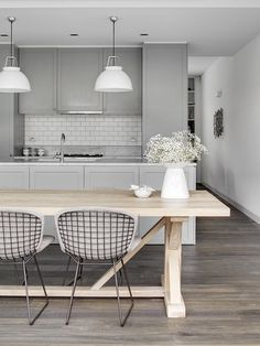 Tania Hendelsmann North Sydney House -Kitchen © Jem-Cresswell grey kitchen black wire chairs