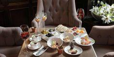 Vanuit alle hoeken van de regio haalt onze keukenbrigade de ingrediënten in huis voor het perfecte streekgerechtenmenu en ons Sneup & Snaaijerie diner. Onze sommelier Jan Ansink voorziet u met plezier van een passend wijnarrangement. Het Sneup & Snaaijerie diner serveren we in onze gezellige lounge en bestaat uit een selectie van koude en warme streekspecialiteiten en een dessertproeverij. Twee glazen wijn per persoon en een fles tafelwater zijn inbegrepen.
