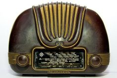 Old Radios played the tunes with more enthusiasm and better style . radios today are tools - not pals! Give me that radio-pal any day! Art Nouveau, Vintage Love, Retro Vintage, Vintage Items, Vintage Stuff, Kitsch, Retro Radios, Art Deco Furniture, Art Deco Design