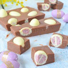 Een perfect en snel recept voor Pasen: Paaseitjes fudge! Kies jouw favoriete smaak paaseitjes (met vulling!) uit die je verwerkt in deze chocolade fudge.
