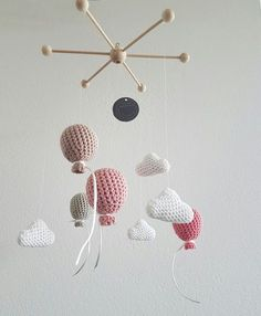 Mobile 'Ballooon' sorgt für Unterhaltung über dem Babybett, dem Stubenwagen de… Mobile 'Ballooon' provides entertainment on the cot, the bassinet the changing table or the playpen. ** Safety Notice The mobile is not a baby toy and serves only as a … Mobiles En Crochet, Crochet Mobile, Diy Crib, Diy Bebe, Baby Decor, Baby Toys, Baby Baby, Baby Knitting, Crochet Projects