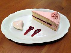 Vegane Himbeer Buttercreme Torte - mit lecker fruchtigem Himbeerkern und zarter Creme!