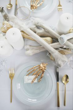 An All White Ghostly Halloween Tabletop: Bone Appetit! an all white ghostly halloween tabletop with bone and candle centerpiece runner Halloween Chic, Table Halloween, Halloween Dinner, Halloween Home Decor, Halloween House, Holidays Halloween, Halloween Treats, Happy Halloween, Halloween Entertaining