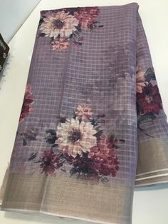 These sarees designed with designer silk digital print linen saree with floral print blouse. Printed Linen, Printed Blouse, Sari Dress, Siri, Cotton Linen, Floral Tie, Sarees, Digital Prints, Floral Prints