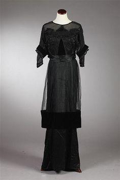 Circa 1914 black silk and velvet evening dress by Thurn, New York label. Edwardian Era Fashion, 1900s Fashion, Unique Fashion, Retro Fashion, Vintage Fashion, Korean Fashion, Boho Fashion, Jeanne Lanvin, Antique Clothing