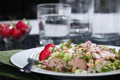 Sallad med spetskål,gris,brynt smör och hasselnötter