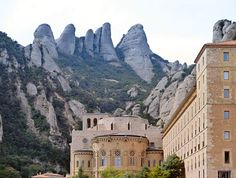 Upptäck bergen i Montserrat, en tågresa ifrån Barcelona. Bergen, Barcelona, Louvre, Mansions, House Styles, Building, Travel, Viajes, Manor Houses