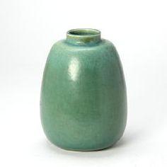 1118/540 - Saxbo: Vase af stentøj dekoreret med grøn glasur. Stemplet Saxbo Danmark, 281. H. 26,5.