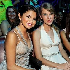 selena gomez and taylor swift | Selena Gomez and Taylor Swift at the 2011 Teen Choice Awards in ...