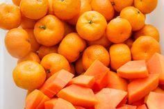 Ótimas opções de remédios caseiros para combater a prisão de ventre e o intestino ressecado são suco de laranja com mamão, vitamina preparada com...
