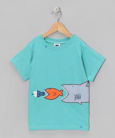 tiburon comiendo a pez, pez comiendo a otro pez, y otro pez comiendo plancton.