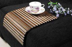 Esteira de descanso para braço de sofá retangular! Disponível nas cores: tabaco, capuccino e pinhão. Medidas: 34 x 10 x 42 cm. http://www.moradamoveis.com/