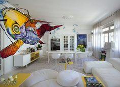 Living | Abaixo do grafite de Binho Ribeiro, o bufê Axia, design de Paolo Piva para Poliform, serve o ambiente de refeições. No estar, há o ...