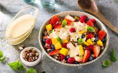 Quinoa med mango, bær, honningristede nøtter og vaniljesaus gir en fruktsalat som metter litt. Den kan like gjerne være lunsj eller mellommåltid som dessert.