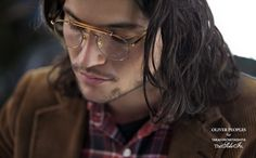 Fan of aviator glasses? Californian brand Oliver Peoples created a new eyewear collection in collaboration with Japanese designer Takahiro Miyashita. Two vintage-inspired models were created, a sunglass model and The Soloist Round (featured here) an Oliver Peoples, Ray Ban Sunglasses Sale, Mens Sunglasses, The Soloist, Aviator Glasses, Glasses Man, Ray Ban Aviator, Ray Ban Wayfarer, Glasses Online
