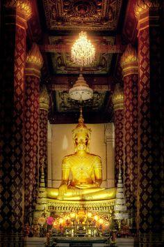 The crowned Buddha, WAT NA PHRA MEN (วัดหน้าพระเมรุ), Ayutthaya Thailand