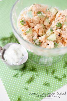 salada com molho de iogurte, pepino, salmão.