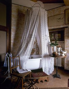 DIY Country Bathroom Decor Ideas Perhaps you think of home improvement work and think that such projects are beyond your capabilities. Rest assured that there are many easy projects that even a novice can master. Improving your home Romantic Bathrooms, Chic Bathrooms, Beautiful Bathrooms, Country Bathrooms, Bathroom Photos, Bathroom Vanities, Yellow Bathrooms, Interior Decorating, Interior Design