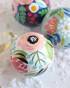 Hand painted ornaments - Flowers - Christmas - I'm super excited to begin painting more of these gorgeous ladies! Tomorrow is the last day to hop on my holiday ornament pre-order list,… Diy Christmas Ornaments, Holiday Crafts, Christmas Holidays, Christmas Decorations, Xmas, Ostergeschenk Diy, Diy Crafts, Diy Ostern, Egg Decorating