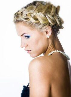Bildergalerie mit festlichen und eleganten Hochsteckfrisuren: Mädchenhaft verspielte geflochtene Frisur - Wie ein breites Band aus seidigen Haaren schmiegt sich diese geflochtene Frisur ...
