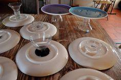 Fabrique toi-même tes plats à gateaux en collant des verres sous des assiettes !