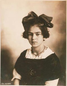 Considerado uno de los más grandes artistas de la México,Frida Kahlonació el 6 de julio de 1907 en Coyocoan, Ciudad de México, México.Ella creció en la casa de la familia en la que se refirió más adelante como la Casa Azul o Casa Azul.El padre es un descendiente y fotógrafo alemán.Emigró a México, donde conoció y se casó con su madre Matilde.Su madre es medio amerindia y media española.Frida Kahlo tiene dos hermanas mayores y una hermana menor.Frida Kahlo tiene mala salud en su…