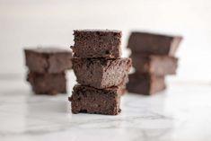 Gezonde brownies met banaan - My Food Blog | 1000 Healthy Baking, Healthy Snacks, Healthy Recipes, No Bake Nutella Cheesecake, Good Food, Yummy Food, Low Carb Sweets, Brownie Cake, High Tea