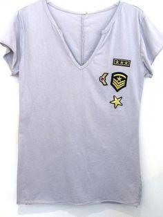 Lichtgrijs T-shirt met emblemen bij www.deleukedingen.nl