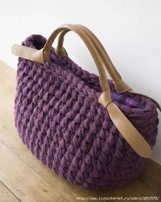 Photo No name. All bags are the world's photos. Crochet Clutch, Crochet Handbags, Crochet Purses, Crochet Bags, Love Crochet, Diy Crochet, Crochet Crafts, Yarn Bag, Fabric Yarn