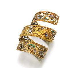 """An armlet (or """"armilla"""") is a bracelet that is designed to be worn on the upper arm or bicep (upper arm muscle).  Armlet.jpg"""
