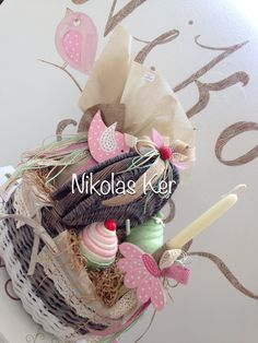 Καλάθι πικ νικ με σοκολατένιο αυγό & λαμπάδα! Διακοσμητικό cupcake κουμπαράς & κερί. Θα τα βρείτε αποκλειστικά στο Nikolas Ker.  Happy Easter!!! www.nikolas-ker.gr