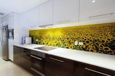 Mintás konyha hátfal ötletek - látványelem virágokkal, üveglappal vagy más burkolatokkal