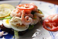 Æg med rejer, rucola, tomat, salat, mayonnaise, salt, peber og citron