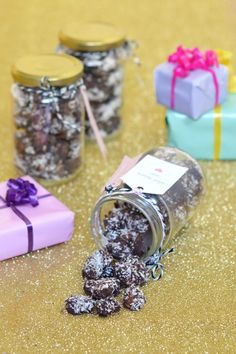 I love preparing gourmet homemade Christmas gifts. Here& my recipe for roasted almonds with chocolate and coconut to offer in pretty pots! Homemade Christmas Gifts, Homemade Gifts, Diy Cadeau Noel, Roasted Almonds, Cheap Gifts, Chocolate Fudge, Food Gifts, Holidays And Events, Sweet Recipes