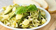 Metuljčki s pestom, krompirjem in stročjim fižolom Tomato Allergy, Italian Dishes, Allergies, Free Food, Green Beans, Potato Salad, Spinach, Food To Make, Healthy Eating