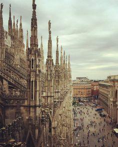 La Cattedrale più bella del Mondo vista da una angolazione diversa dal solito. #duomo #duomomilano #milan #milano #trip #travelling #travel #chiesa #viaggi #viaggio #cattedrale #church #italia #italy #piazza #piazzaduomo #viaggiare #moda #fashion