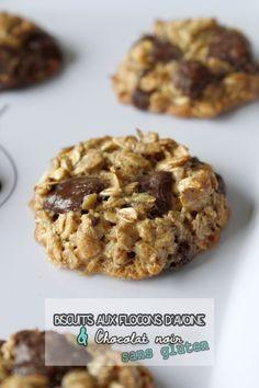 Pour 12 biscuits soit une fournée : 30g de beurre de cacahuète (bio si possible) 50g de sucre de canne complet (ou autre) 1 gros oeuf 80g de flocons d'avoine 50g de grosses pépites de chocolat noir
