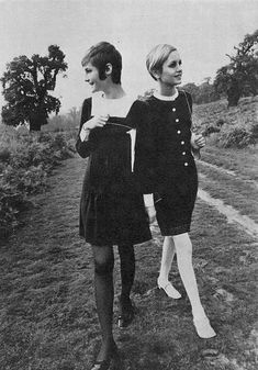 the60sbazaar:  Twiggy and an unknown model modelling shift dresses