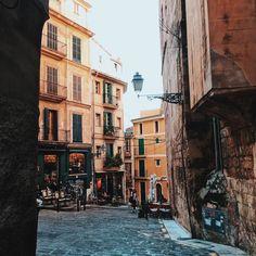 Streets of Palma ........ #latergram #mallorca2017 #travel #travelling #travelgram #traveltheworld #streetphotography #streetlife #palmademallorca #vsco #vscocam #vscodaily #wanderlust #moinpg #city #citylife #citylights #diewocheaufinstagram #igtravel