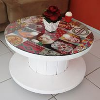 Mesa de centro, feita a prtir de um carretel de madeira e decorado com o adesivo de azulejo Folk do site Dona Cereja www.donacereja.com.br