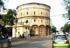 This water tower was built in 1894, before Long Bien Bridge, and is located at the crossroads of Hang Than, Hang Luoc, Hang Giay, Hang Dau, Quan Thanh and Phan Dinh Phung streets.