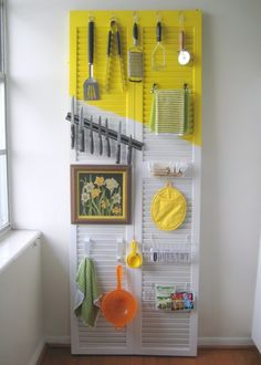 Organize a kitchen on a door.