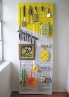 Organize a kitchen on a door.