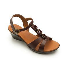 Línea de sandalia de cuña baja, integrada por estilos básicos que integran una diversidad de materiales en sus cortes: charol, pieles básicas y metálicas, herrajes, y elásticos. Los cuales buscan darle una gran diversidad de usos a sus estilos sin perder ese diseño elegante y vestidor. Cuenta con una suela ligera y durable; además de … - #shoes #zapatos #fashion #moda #goflexi #flexi #clothes #style #estilo #summer #spring #primavera #verano