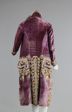 Ch 10.7 'Walking behind him, Jane noticed his fancy livery in the style of the court dress of the previous generation, which, she realised, might very well explain its provenance. A riot of embroidered flowers graced the tails of his coat.'