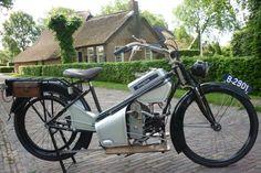 De Douglas, model X, twee en een kwart paardekracht, twee cylinder, 340 cc, twee versnellingen, heeft omstreeks 1920 toebehoord aan mevrouw Wiersma, echtgenote van de heer J. F. Wiersma Kzn, garagehouder in de Schrans en een der Nederlandse motor en autopioniers