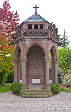 Heiligenberg (67) – Eglise Saint-Vincent : Edicule mémorial, 1921. Monument aux morts architecturé de style néo-gothique situé à proximité de l'église.