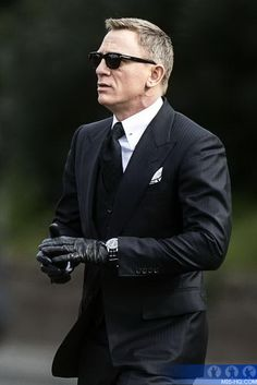 Daniel Craig in Tom Ford Three-Piece Suit and Sunglasses. You cant help but feel like he's the REAL James Bond right? Terno James Bond, James Bond Suit, Bond Suits, James Bond Style, Daniel Craig James Bond, Daniel Craig Spectre, Gentleman Mode, Gentleman Style, Gentleman Fashion