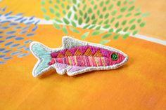 可愛い熱帯魚がモチーフの刺繍ブローチ。カラフルな熱帯魚が、コーディネイトの主役になります。他にないデザインですので、ちょっと変わったものを探されている方、また、プレゼントにもオススメです。